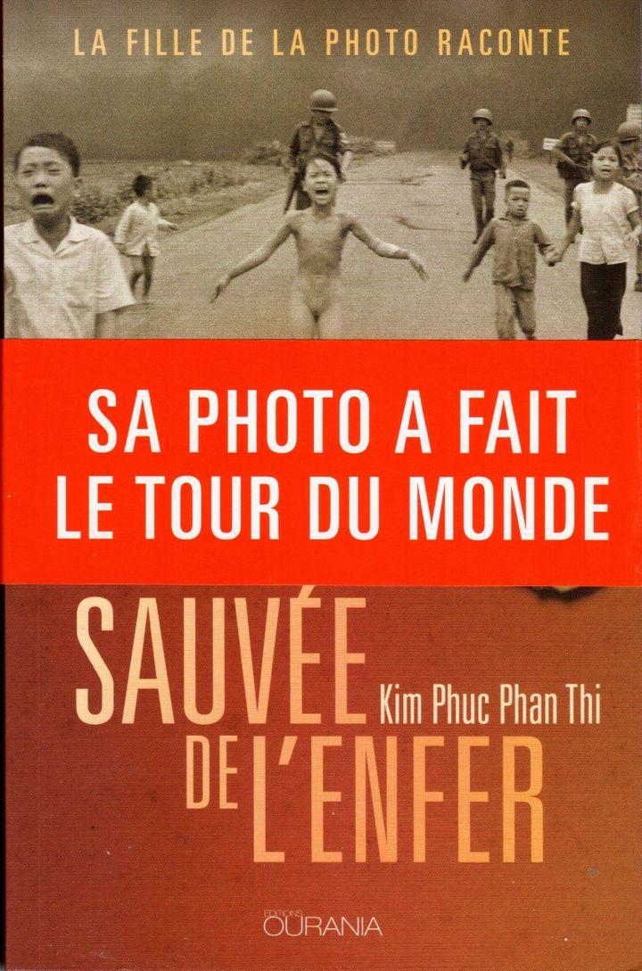 """Couverture du livre """"Sauvée de l'enfer"""" de Kim Phuc Phan Thi, """"la petite fille au napalm"""", au coeur d'un cliché qui fit le tour du monde pendant la guerre du Vietnam. (Editions Ourania)"""