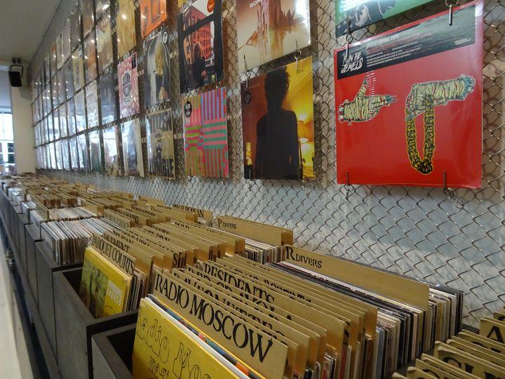 Le mur de disques vinyl chez le disquaire The Walrus (Paris Xe). (LAURE NARLIAN)
