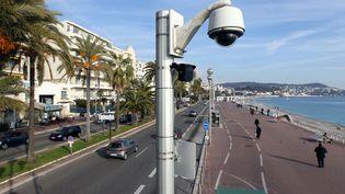 Une caméra de vidéosurveillance installée sur la promenade des Anglais, à Nice, le 12 janvier 2012. (VALERY HACHE / AFP)