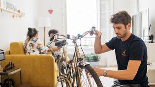 Un réparateur intervient au domicile du propriétaire d'un vélo pour le remettre en état. Photo d'illustration.  (CYCLOFIX)