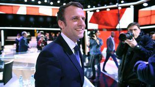 """Emmanuel Macron, le candidat En Marche !, invité de """"L'Emission politique"""" sur France, le jeudi 6 avril 2017. (ERIC FEFERBERG / AFP)"""