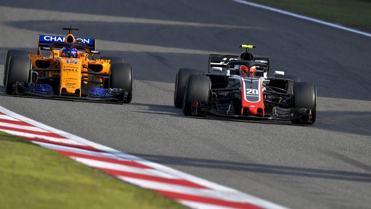 Ça chauffe entre Fernando Alonso et Kevin Magnussen (HZ / HOCH ZWEI)