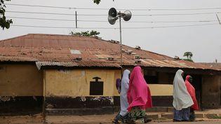 Des femmes passent devant une école coranique à Kaduna au Nigeria, le 2 novembre 2016. (AFOLABI SOTUNDE / REUTERS)