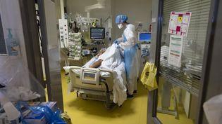Un patient infecté par le Covid-19 traité en soins intensifs à l'Institut Mutualiste Montsouris, à Paris, le 21 avril 2021. (THOMAS SAMSON / AFP)
