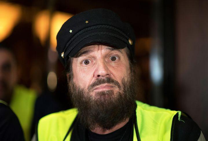 """Le chanteur et """"gilet jaune"""", Francis Lalanne, annonce la création d'une liste """"gilet jaune"""" pour les européennes, le 17 décembre 2018, à Paris. (ERIC FEFERBERG / AFP)"""
