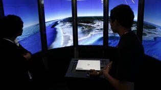 Des enfants naviguent avec le système Google Earth à Cancun (Mexique), le 5 décembre 2010. (JORGE SILVA / REUTERS)