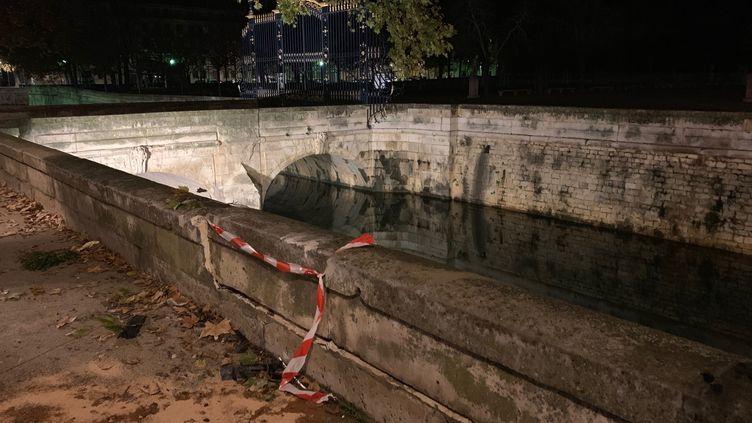 Le parapet du quai de la Fontaine à Nîmes après l'accident. (LEILA MECHAOURI/RADIOFRANCE)