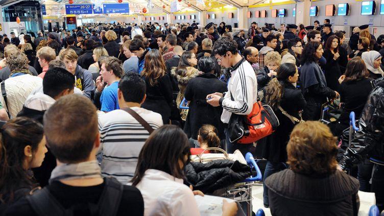 Des milliers de passagers en attente d'un vol, à l'aéroport de Lyon (Rhône), le 16 décembre 2011. (PHILIPPE MERLE / AFP)