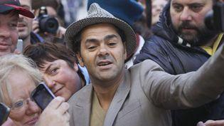 """Jamel Debbouze, futur """"président anormal""""... des César, en marche vers le Fouquet's, sur les Champs-Elysées, dans la cohue... (2/2/2013)  (Fabien de Serres / Sipa)"""