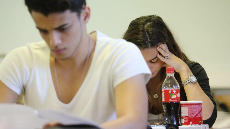 Des lycéens planchent sur l'épreuve de philosophie du baccalauréat, le 16 juin 2014, à La Possession (La Réunion). (RICHARD BOUHET / AFP)