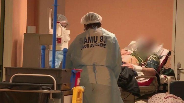 Dans les foyers de Covid-19, les cliniques ont été mises à contribution en fin de semaine pour aider les hôpitaux saturés. (FRANCE 2)