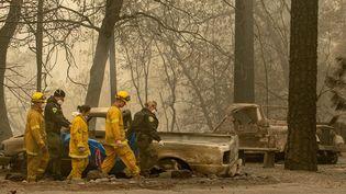 Des pompiers s'affairent dans les collinesde Paradise (Californie, Etats-Unis) ravagées par les incendies, le 14 novembre 2018. (JOSH EDELSON / AFP)