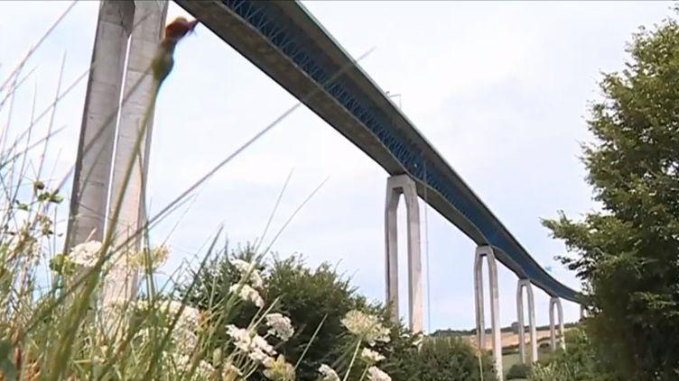 Le Sénat a commandé une enquête sur l'état des ponts en France. 25 000 édifices présenteraient des défaillances structurelles. Dans le Pas-de-Calais, le viaduc d'Echinghen inquiète les riverains. (FRANCE 3)