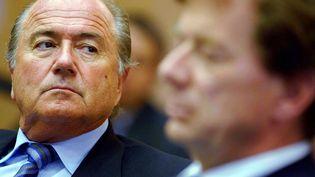 Le président de la Fifa, Joseph Blatter, et son directeur marketing, Guido Tognoni, le 10 mai 2002 à Zurich (Suisse). (WALTER BIERI / KEYSTONE / AFP)