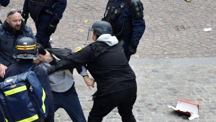 Alexandre Benalla extirpe un manifestant place de la Contrescarpe à Paris le 1er mai 2018 (NAGUIB-MICHEL SIDHOM / AFP)