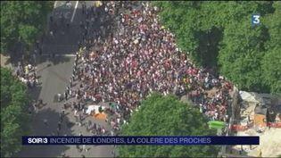 Les proches de victimes se rassemblent pour manifester leur colère. (FRANCE 3)