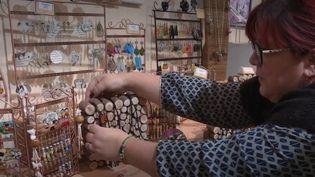 À Blois (Loir-et-Cher), la mairie permet à des artisans d'art d'exposer et de vendre leur production dans des boutiques éphémères. Un concept qui a de l'avenir. (france 3)
