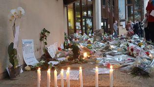 Des fleurs et des lumières en hommage devant le collège du Bois-d'Aulne où enseignait Samuel Paty, l'enseignement décapité à Conflans-Saint-Honorine, le 16 octobre 2020. (RÉMI BRANCATO / RADIOFRANCE)