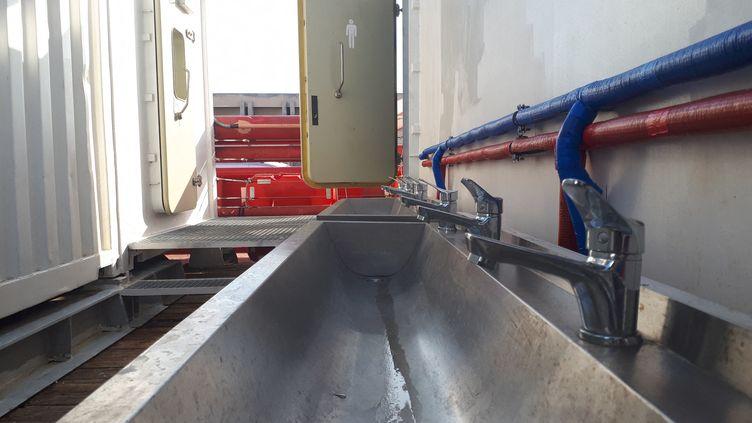 À l'arrière, le grand container blanc réservé aux hommes secourus en Méditerranée. (THIBAULT LEFÈVRE / RADIO FRANCE)