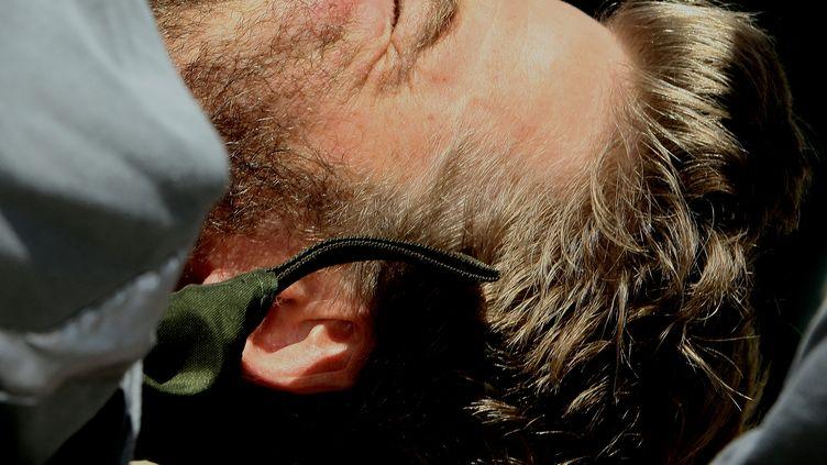 Le skipper Yann Eliès lors de son sauvetage au large des côtes australiennes, le 22 décembre 2008. (GREG WOOD / AFP)