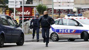 Deux policiers lors d'une opération de police à Montrouge le 8 Janvier 2015 ( / MAXPPP)