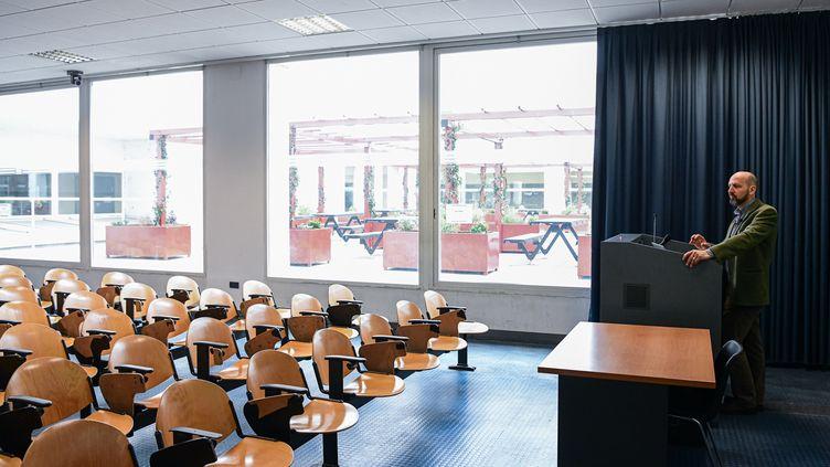 Un professeur enregistre un cours dans une classe vide, le 5 mars 2020 à l'université de Milan-Bicocca (Italie). (PIERO CRUCIATTI / AFP)