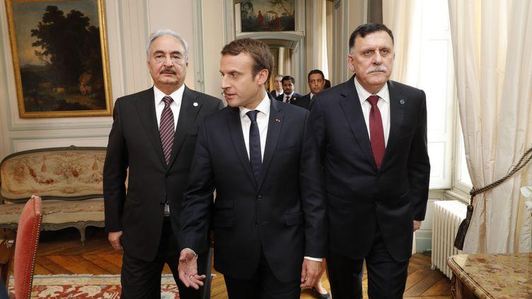 Le général libyenKhalifa Haftar (à gauche), Emmanuel Macron (au centre) et le Premier ministre, Fayez Al-Sarraj, le 25 juillet 2017, à La Celle-Saint-Cloud (Yvelines). (PHILIPPE WOJAZER / AFP)