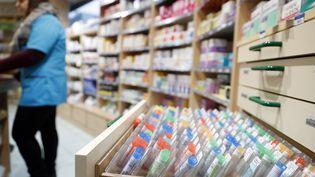 Un tiroir de produits homéopathiques, dnas une pharmacie. (PASCAL DELOCHE / PHOTONONSTOP / AFP)