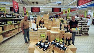Des clients regardent les rayons de la foire aux vins organisée par une grande surface en banlieue de Strasbourg, le 14 Septembre 2009. (PATRICK HERTZOG / AFP)
