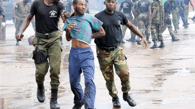 La police guinéenne arrête un manifestant à Konakry, le 28 septembre 2009. (AFP/SEYLLOU)