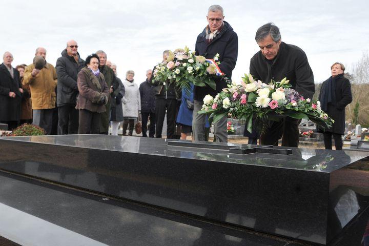 François Fillon vient fleurir la tombe de son ancien mentorJoël Le Theule, à Sablé-sur-Sarthe (Sarthe), le 15 décembre 2019. (JEAN-FRANCOIS MONIER / AFP)