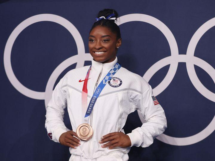 Simone Biles pose avec sa médaille de bronze à l'issue de la finale de la poutre, le 3 août (KUNIHIKO MIURA / YOMIURI)
