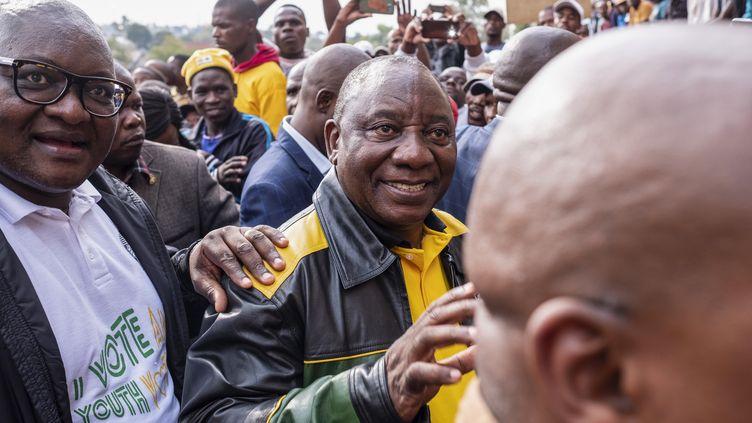 Le président sud-africainCyril Ramaphosa salue ses partisans après une réunion électorale de son parti, le Congrès national africain (ANC), à Alexandra (banlieue de Johannesburg), le 11 avril 2019. (WIKUS DE WET / AFP)