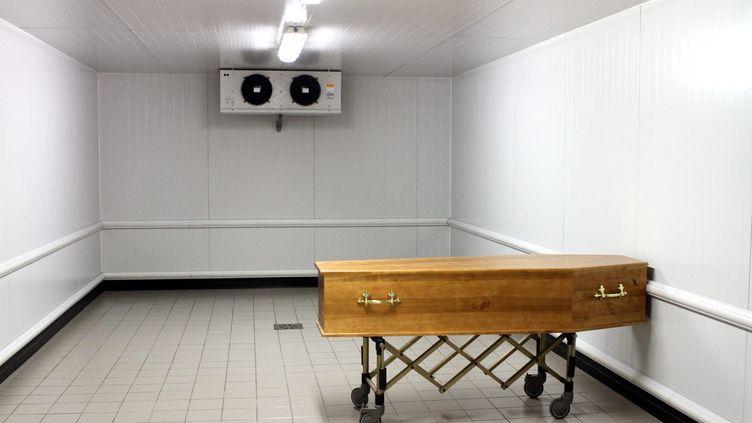 Un cercueil dans la chambre froide du centre funéraire de Mulhouse. (Photo d'illustration) (JF FREY / MAXPPP)