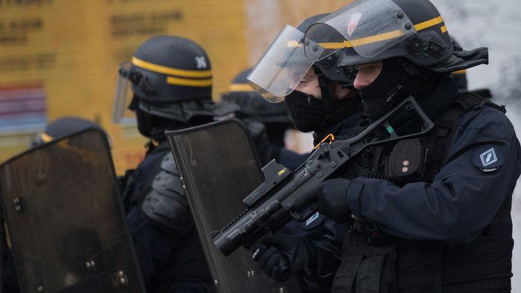 Un CRS tenant un lanceur de balles de défense (LBD), lors d'une manifestation à Nantes (Loire-Atlantique), le 17 décembre 2019. (LOIC VENANCE / AFP)