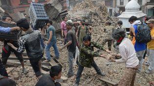 Des militaires et des habitants de katmandou (Népal), tente de déblayer les ruines des bâtiments, mis à terre par un séisme survenu samedi 25 avril, afin de retrouver des victimes. (PRAKASH MATHEMA / AFP)