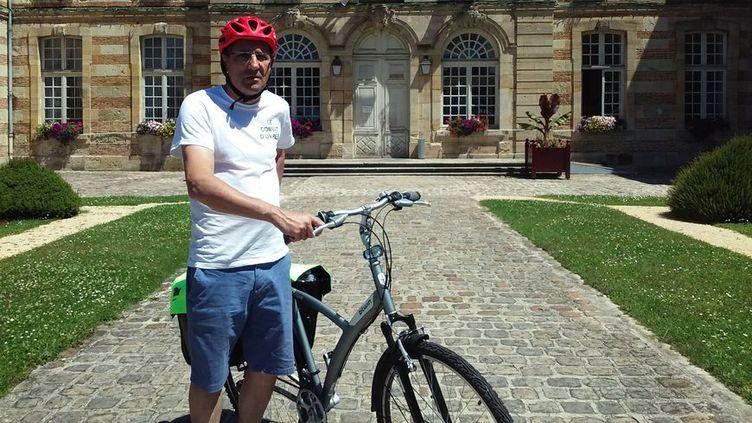 Françis Siedlewski devant la mairie de Sainte Ménéhould dans la Marne. (CECILE SOULE / RADIO FRANCE)