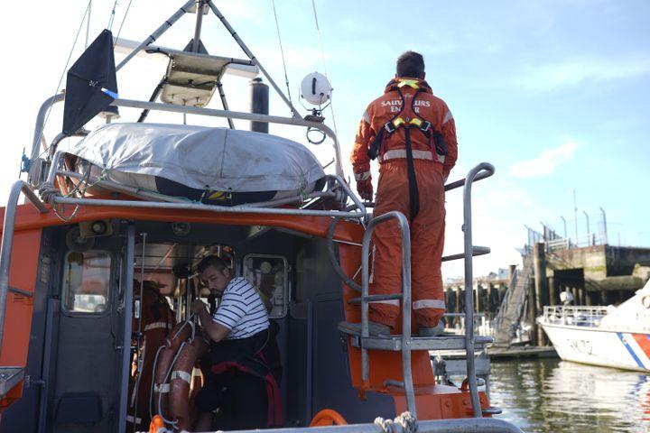 Les huit sauveteurs de la SNSM quittent en urgence la rade de Boulogne-sur-Mer (Pas-de-Calais), le 21 septembre 2021. (PIERRE-LOUIS CARON / FRANCEINFO)