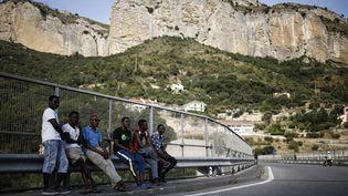 Des migrants sur une route dans la vallée de la Roya, à Ventimiglia (Italie), le 8 août 2017. (MARCO BERTORELLO / AFP)