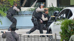 La police indonésienne dans le centre ville de Jakarta (Indonésie), où a eu lieu une série d'explosions, le 14 janvier 2016. (BAY ISMOYO / AFP)