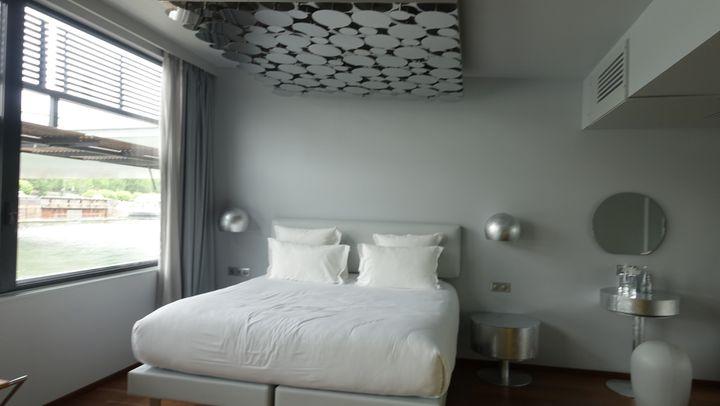 La collection Drago est présentée au OFF Paris Seine Hôtel, premier hôtel flottant sur la Seine.L'espace intérieur pour le public ainsi que les suites ont été designés par Maurizio Galante et son associé Tal Lancman.  (Corinne Jeammet)