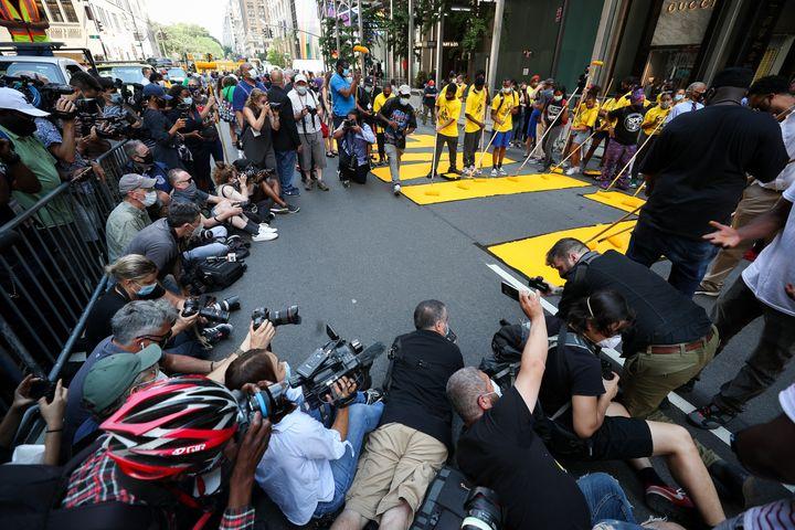 L'action coup de poing devant la tour Trump, le 9 juillet 2020 à New York, a été largement filmée et photographiée. (TAYFUN COSKUN / ANADOLU AGENCY / AFP)