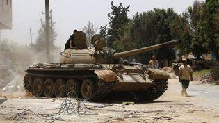 Des combattantsdes forces loyales au gouvernement d'union nationale (GNA) dans la région d'al-Sawani au sud de Tripoli, la capitale libyenne, lors d'affrontements avec les pro-Haftar, le 13 juin 2019. (MAHMUD TURKIA / AFP)