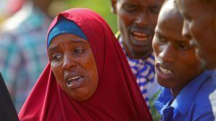 Des civils pleurent, dans un hôpital de Mogadiscio, capitale de la Somalie, la mort d'un de leurs proches lors d'une attaque menée par des forces somaliennes soutenues par des militaires américains le 25 août 2017. (REUTERS - FEISAL OMAR / X02643)