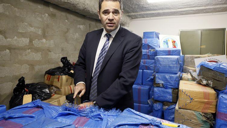 François Thierry présente une saisie de 2,5 tonnes de résine de cannabis, à Nanterre (Hauts-de-Seine), le 14 décembre 2012. (PATRICK KOVARIK / AFP)