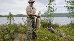 La photo de Vladimir Poutine et de soncélèbre brochet de 21 kilospêché dans une rivière dans la région de Tyva (Russie) le 20 juillet 2013, fait partie des clichés du président russe qui ornent les murs des locaux de Set. (ALEXEY DRUZHININ / RIA-NOVOSTI)
