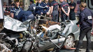 Un accident de la route entre une voiture et un tramway à Tours, le 11 avril 2014. (GUILLAUME SOUVANT / AFP)