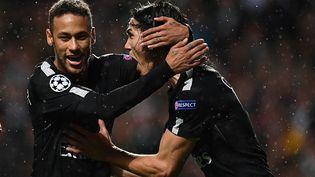 Les attaquant du PSG Neymar et Edinson Cavani se congratulent lors d'une large victoire à Glasgow, le 11 septembre 2017 au Celtic Park. (FRANCK FIFE / AFP)