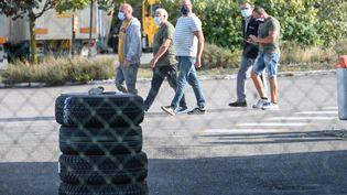 Des employés du site Bridgestone de Béthune (Pas-de-Calais), le 17 septembre 2020. (DENIS CHARLET / AFP)