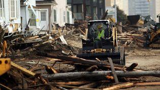 Une pelleteuse ramasse des débris dans le Queens, à New York, le 10 novembre 2012, après le passage de l'ouragan Sandy. (SPENCER PLATT / GETTY IMAGES/ AFP)